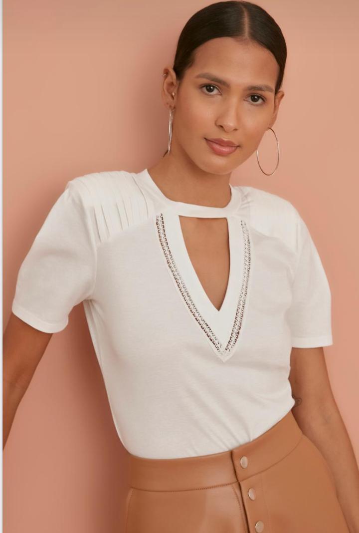 Blusa T-Shirt Rafaela 100% Algodão Decote Vazado Detalhe Ombreiras Renda