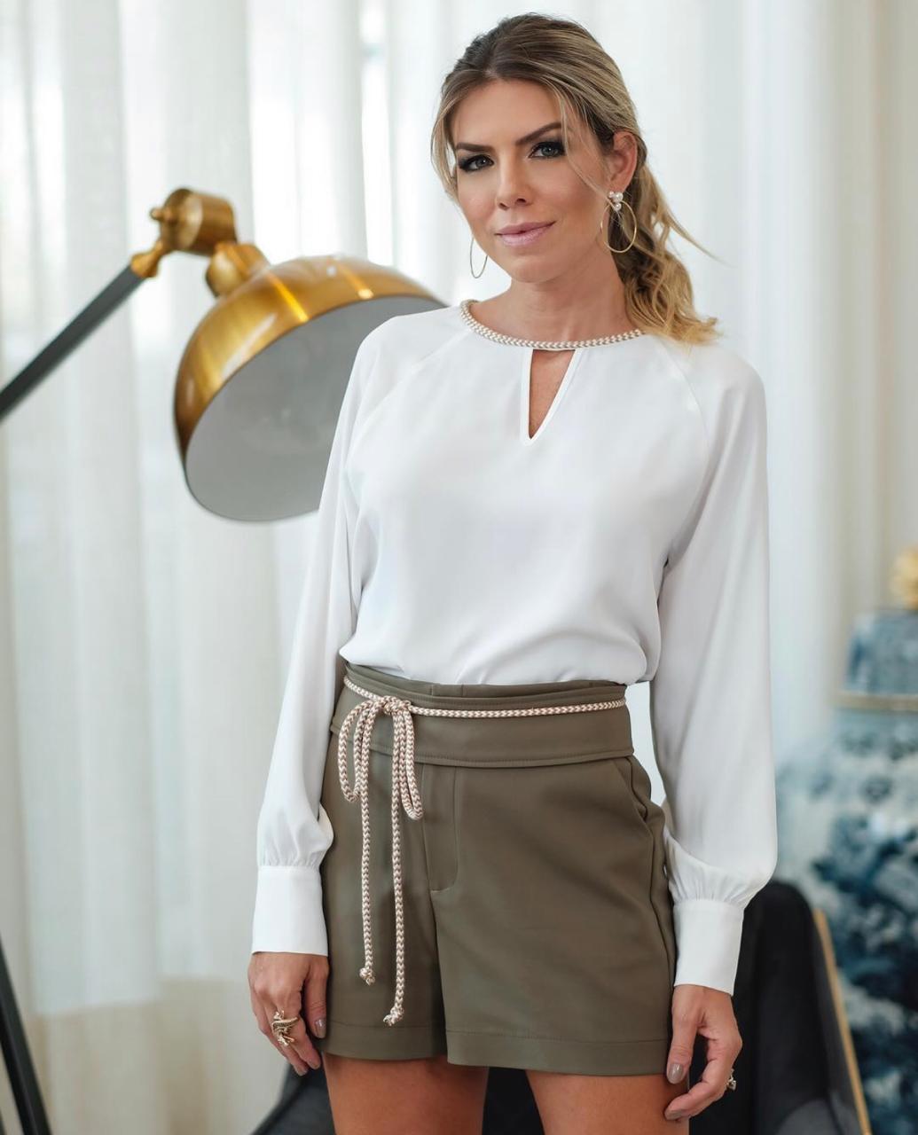 Blusa Viviane Crepe Detalhe Trançado Decote Cores Off, Preto e TERRA COTA