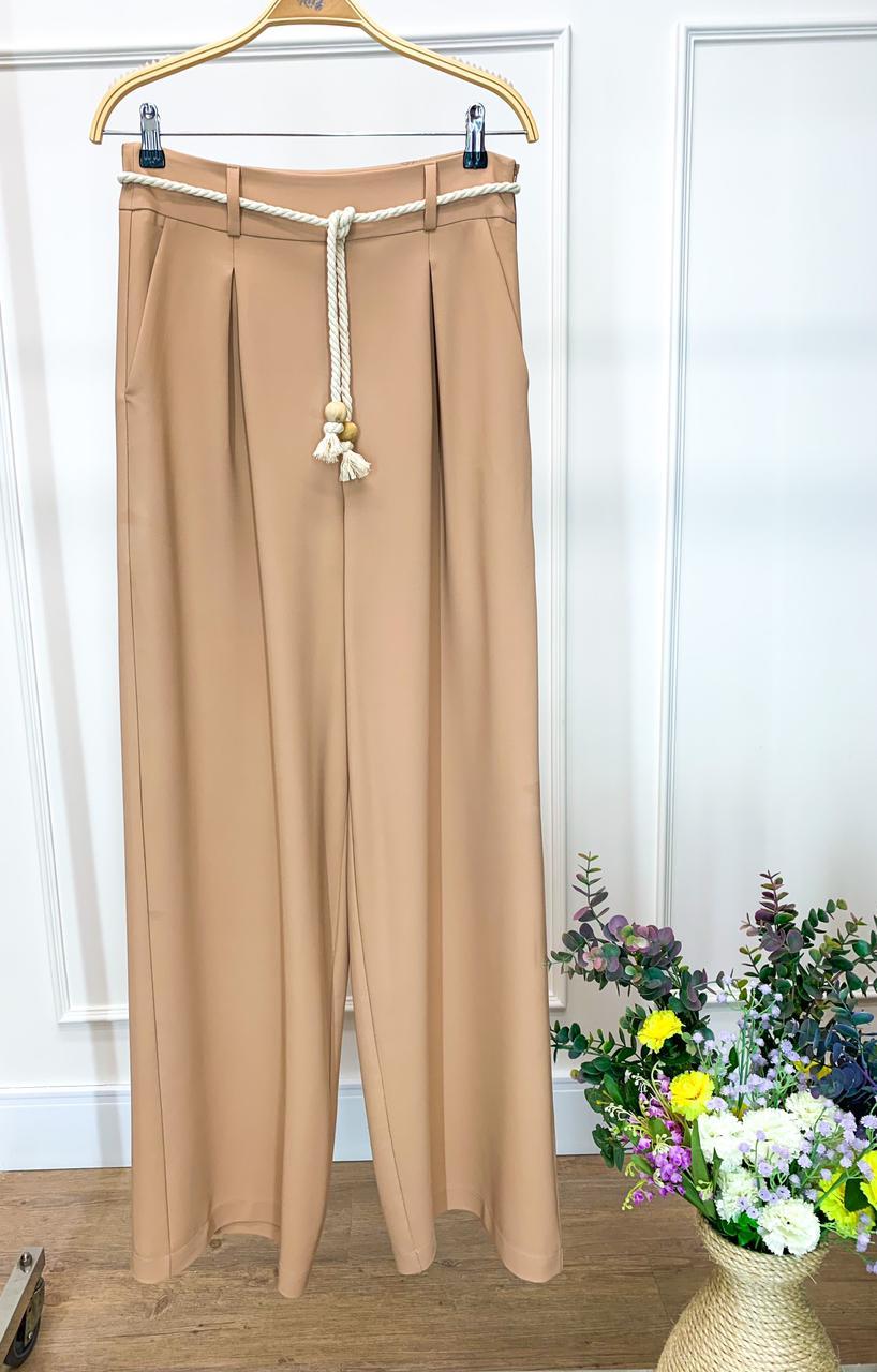 Calça Ariane Pantalona Alfaiataria Crepe Twil (Forro) Detalhe Pregas + Cinto Corda