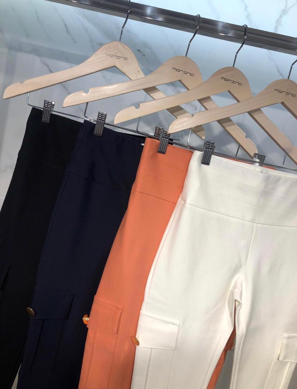 Calça Morina Skinny Tecido Ami Bolso Utilitário Cores Preto e Off