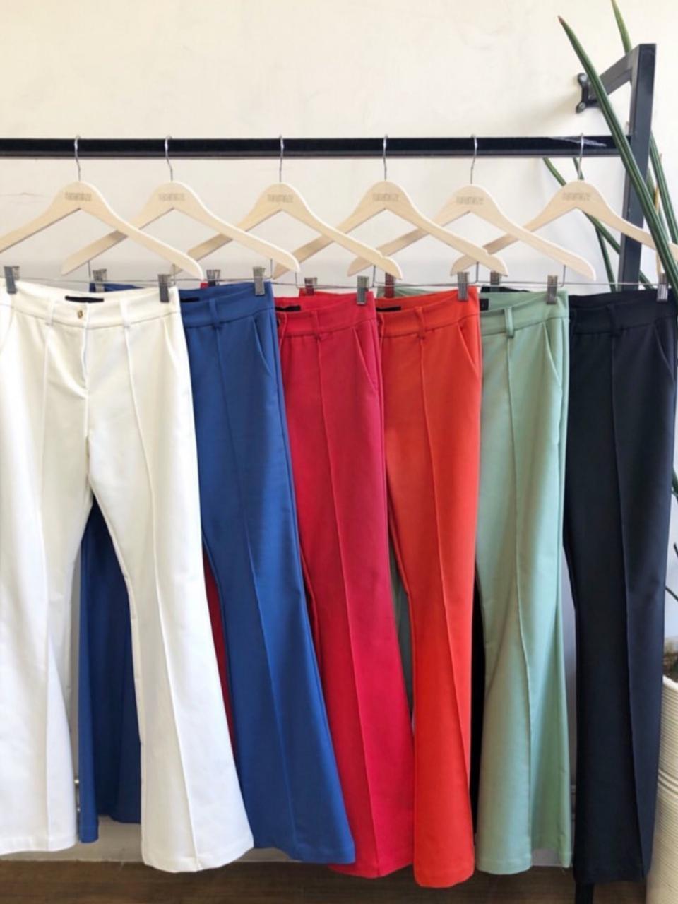 Calça Nina Flare alfaiataria 4% Elastano Cores Verde Bandeira, Amarelo, Off, Azul, Vermelho, Coral, Preta e Verde Militar