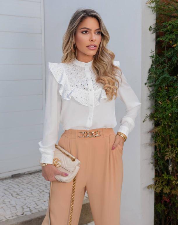 Calça Pantalona Marcela Alfaiataria Crepe Twill Detalhe Aplicação Fivela Dourada