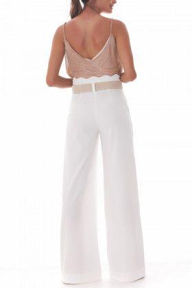 Calça Taiane Pantalona confeccionada em tecido alfaiataria com cós scalopped  Acompanha cinto natural com fivela  Composição: 66%POLIESTER 30%VISCOSE 4%ELASTANO