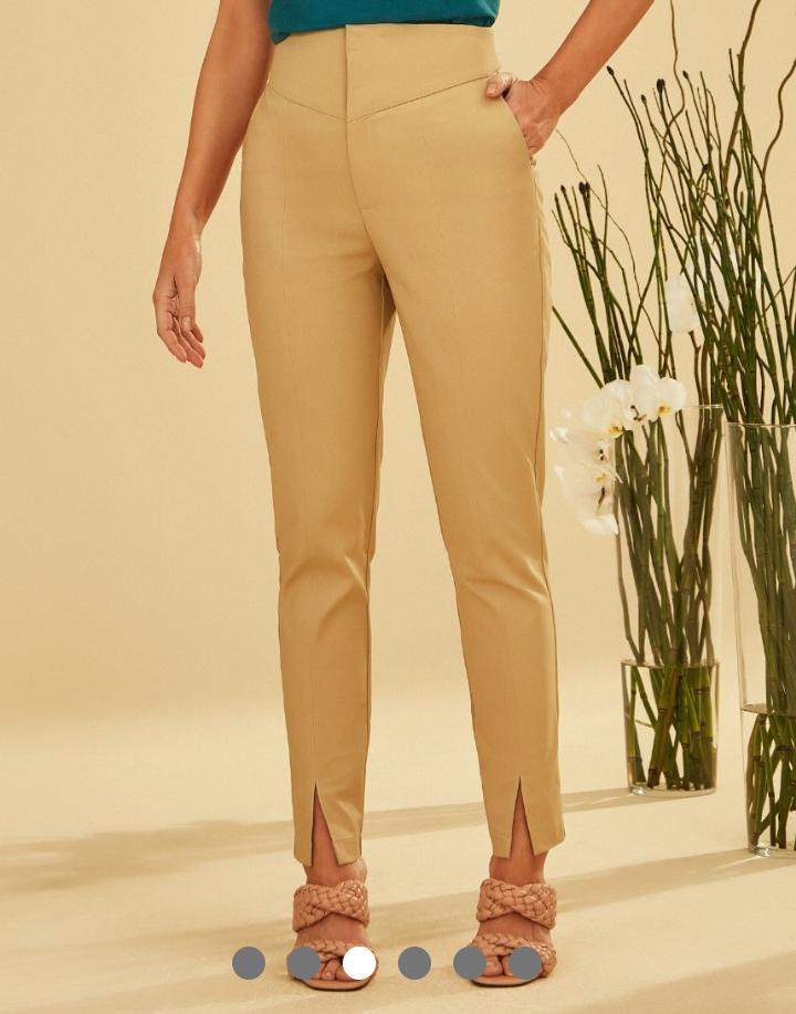 Calça Unique Eliana Skinny Alfaiataria Sarja Poliamida Pala Assimétrica Detalhe Fenda 3% Elastano