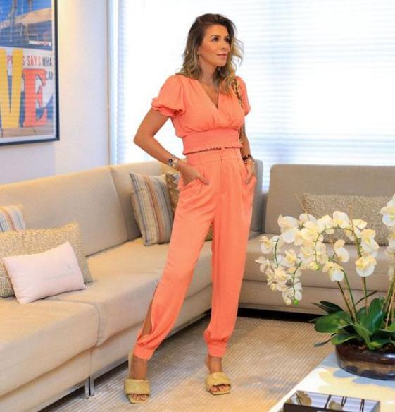 Calça Camila Unique Jogger Viscose Sarjada Detalhe Abertura Lateral Botão