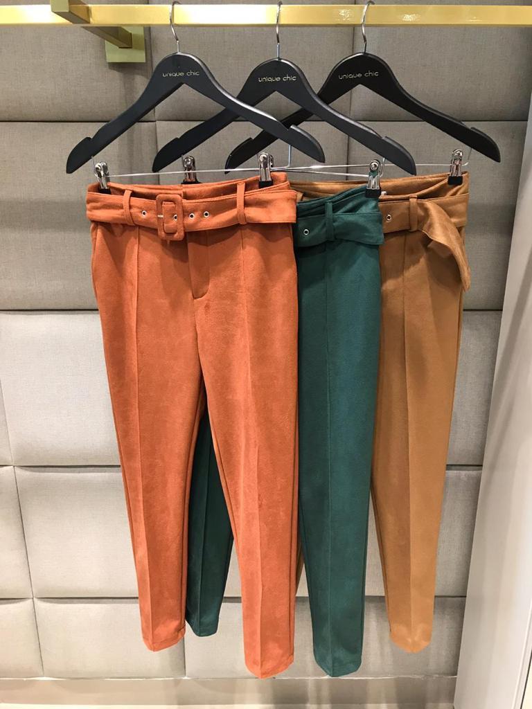 Calça Unique Suede Skinny Cinto 5% Elastano Cores Terra, Caramelo e Verde
