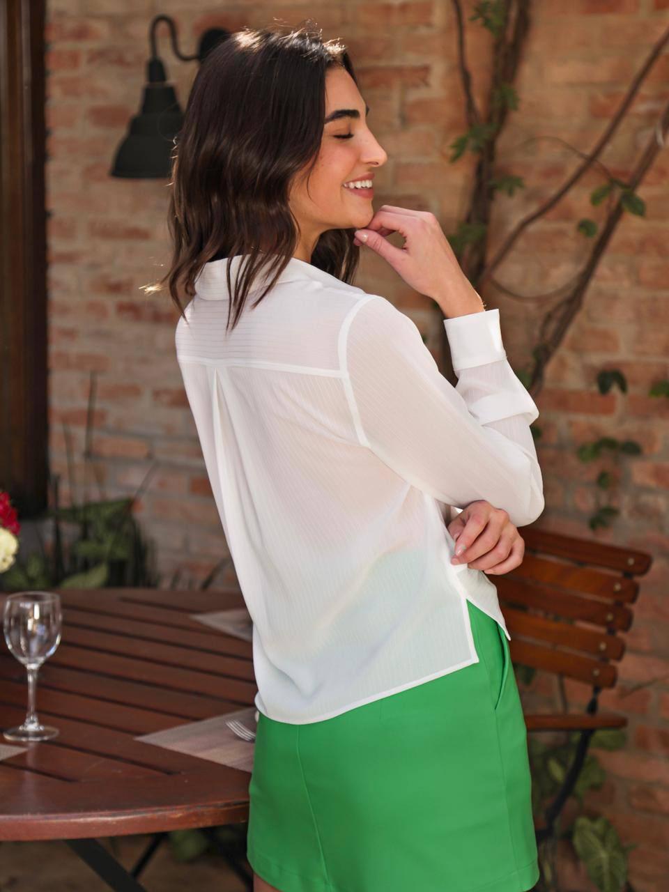 Camisa Ariane Cropped Chiffon Texturizada Detalhe Frente Torcida Botões Perolados