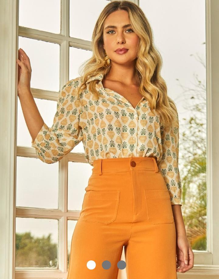 Camisa Julia Crepe Detalhe Decote V Estampa Abacaxi