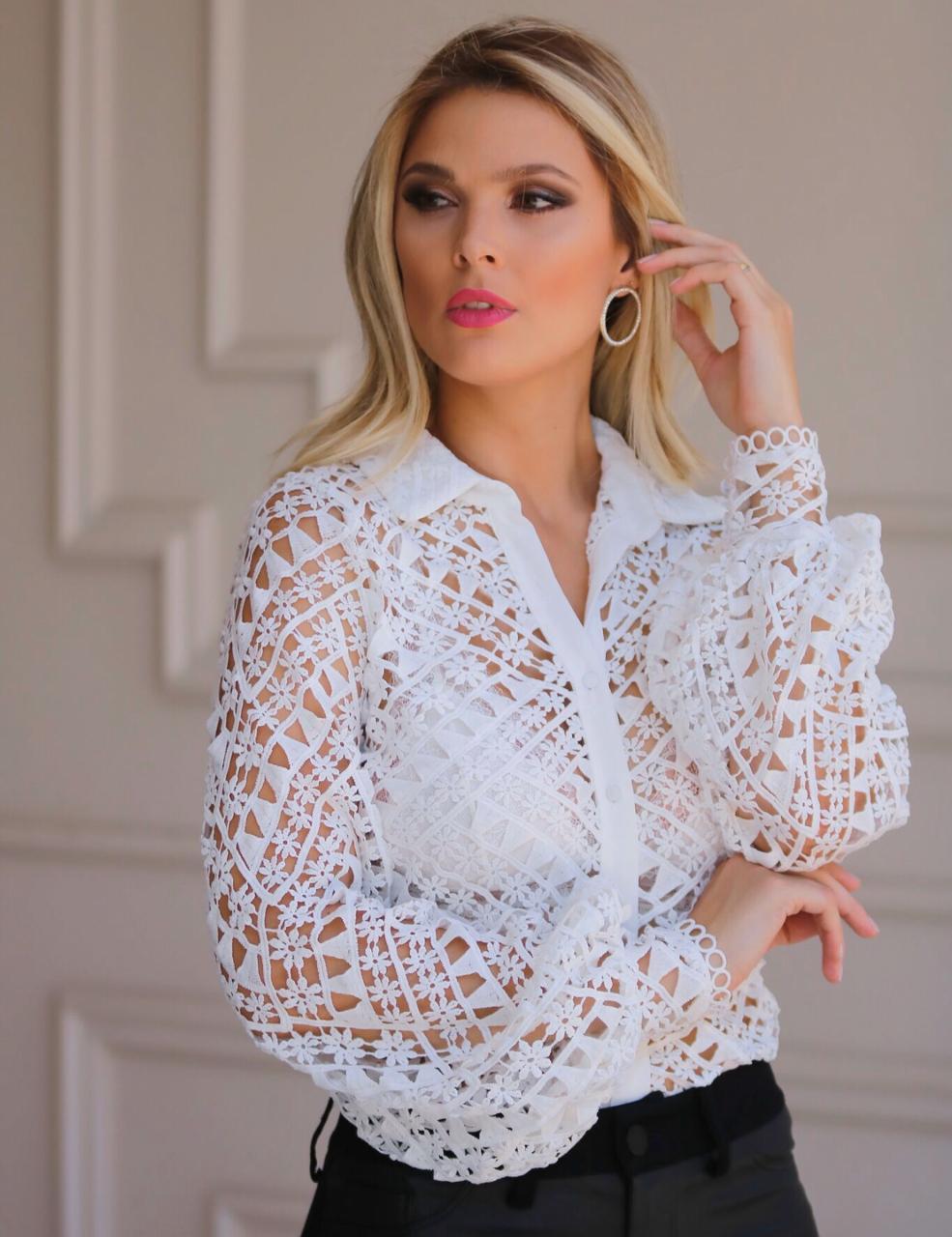 Camisa Bianca Laise Rendada Manga Longa  Detalhe circular na Barra