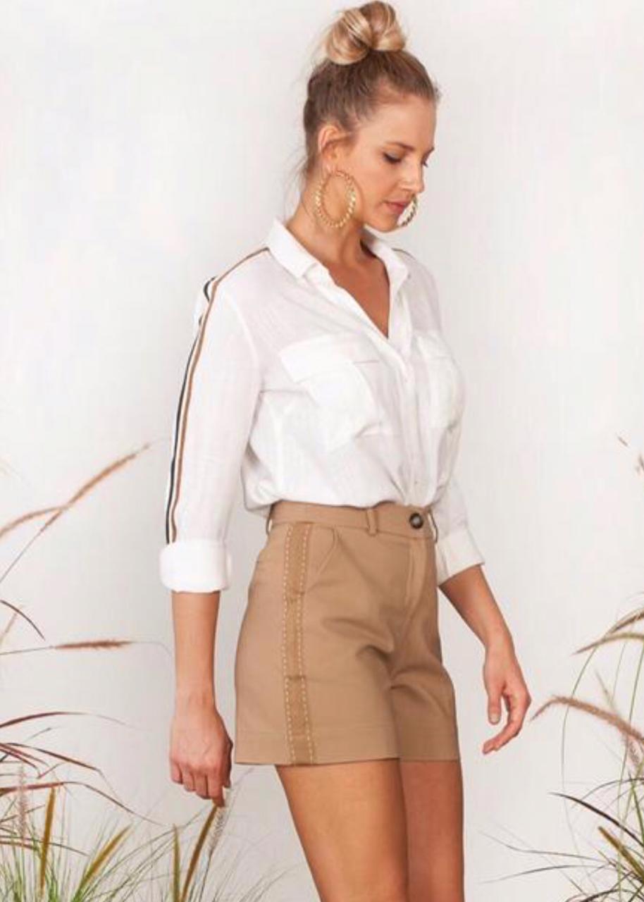 Camisa Yasmin Detalhe Faixa Cores Mostarda e Off