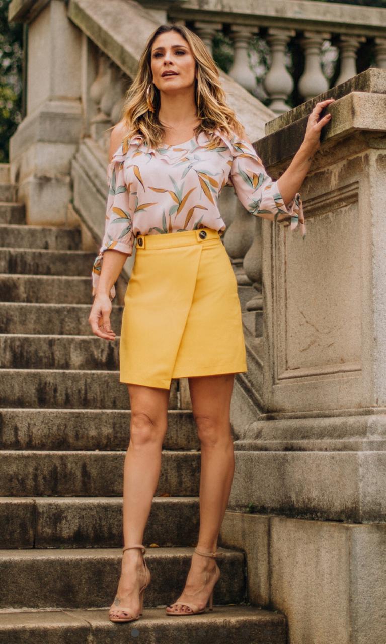 Saia Liliana Sarja Transpasse Frente  4% Elastano Cores Off e Amarelo