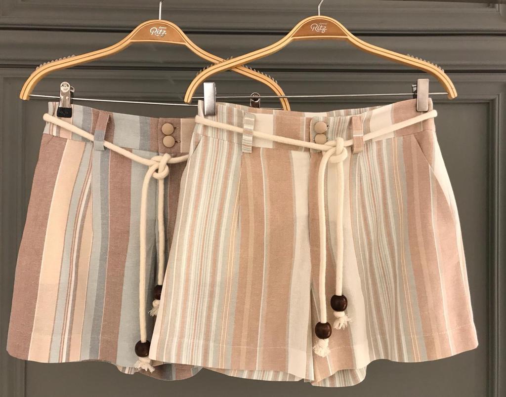 Shorts  Dallas Linho Color Stripe  Cores  das Listras Areia   e Verde Composiçao 55% linho e 45% Viscose (forro)