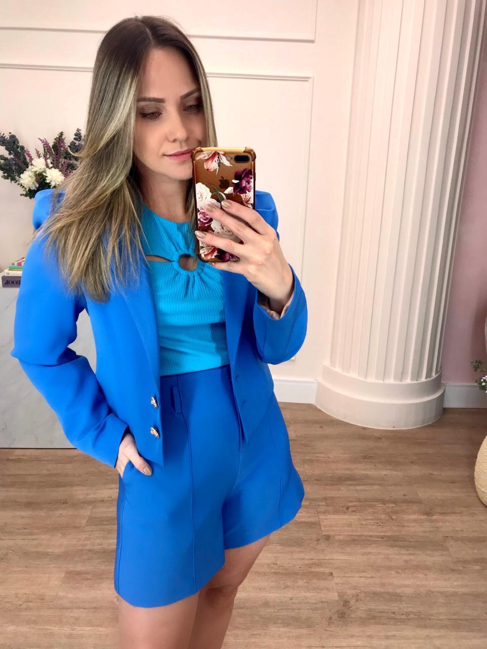 Shorts Julia Crepe Alfaiataria Cintura Alta (Forro) Levemente Evasê Detalhe Vinco Passantes Fivela Metal 5% Elastano