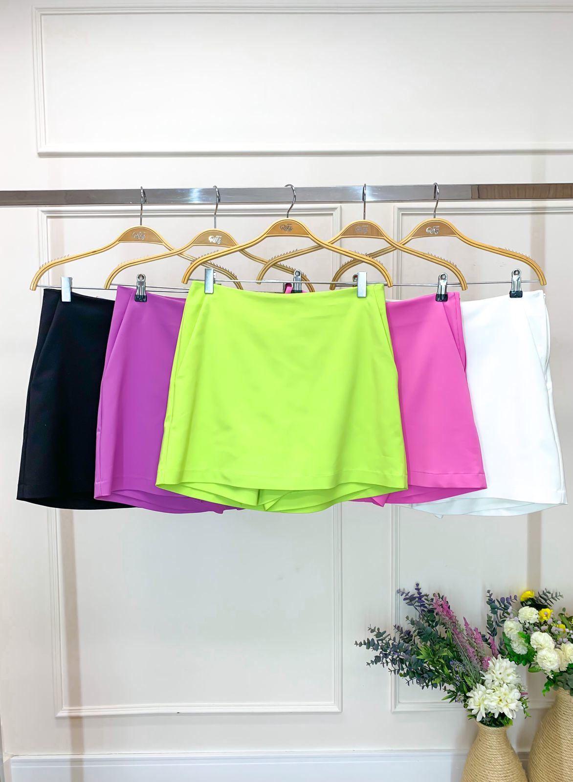 Shorts Saia Juliana Alfaiataria Cotton Bolsinho Laterais Fechamento Ziper Costas 50% Algodão 47% Poliamida (Forro) 3% Elastano