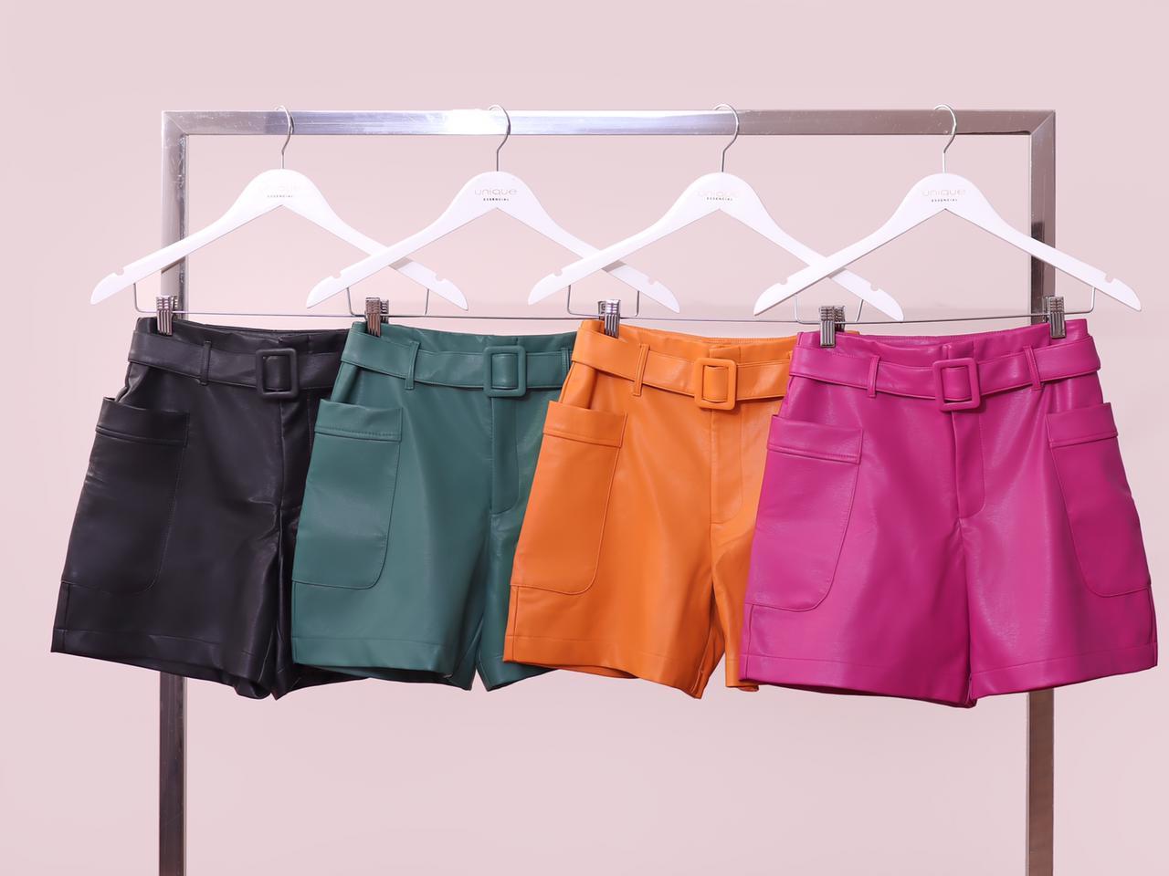 Shorts Unique Laura Couro Eco Bolsos Laterais Detalhe Fivela Forrada