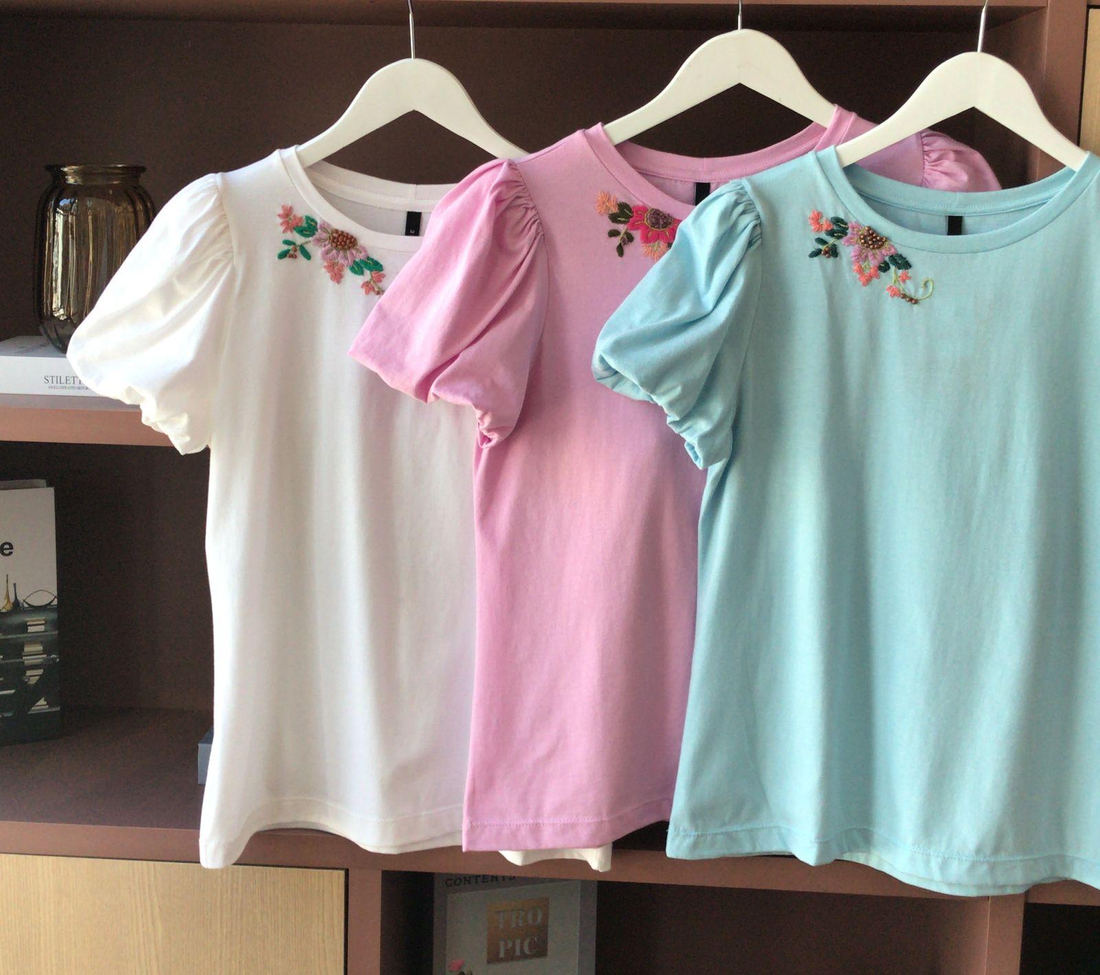 T-Shirt Alice Detalhe Bordado Floral Manga Bufante 100% Algodão