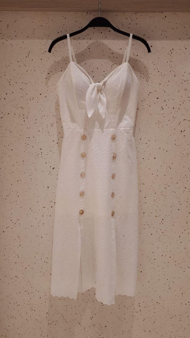 Vestido  Luana laise com laço o decote, fendas frontais, alça com regulagem, botões decorativos e fendas frontais com forro  Composição: 55%LINHO 45%VISCOSE