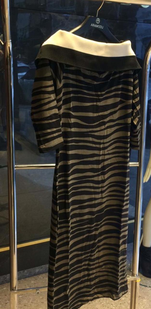 Vestido Valeria  Zebra Ombro a Ombro (94% Viscose e 06% Elastano) Cores Caramelo e Militar