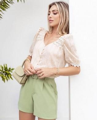 Blusa com Detalhes de Renda e Amarracao na Cintura