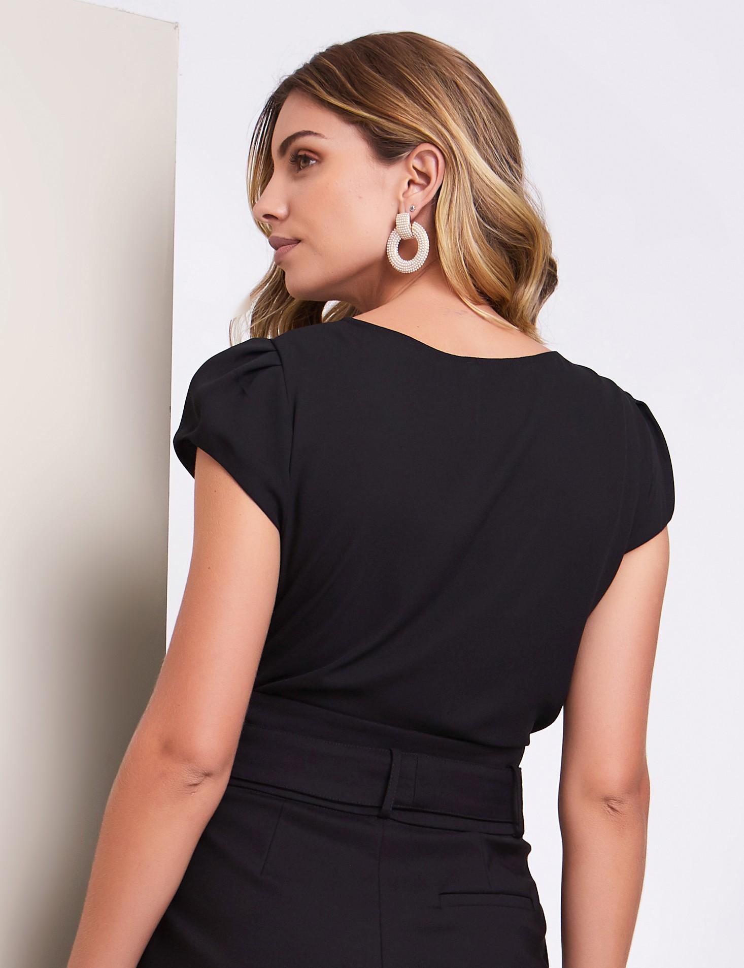 Blusa Basica em Crepe com Detalhe Brilho na Gola
