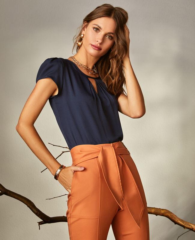 Blusa Basica em Crepe com Recorte em V Unique Chic