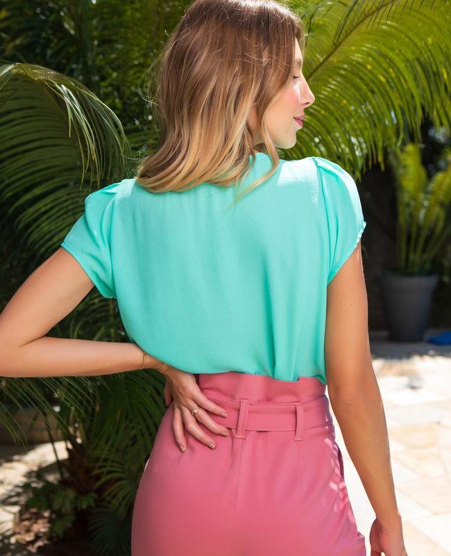 Blusa Basica Unique Chic com Detalhe na Gola