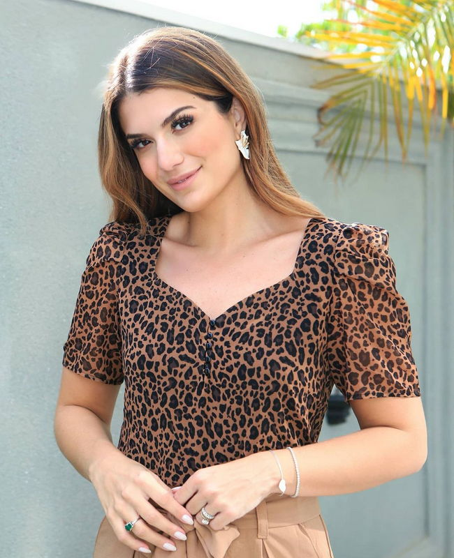 Blusa com Decote Princesa Estampa Animal Print Doce Flor