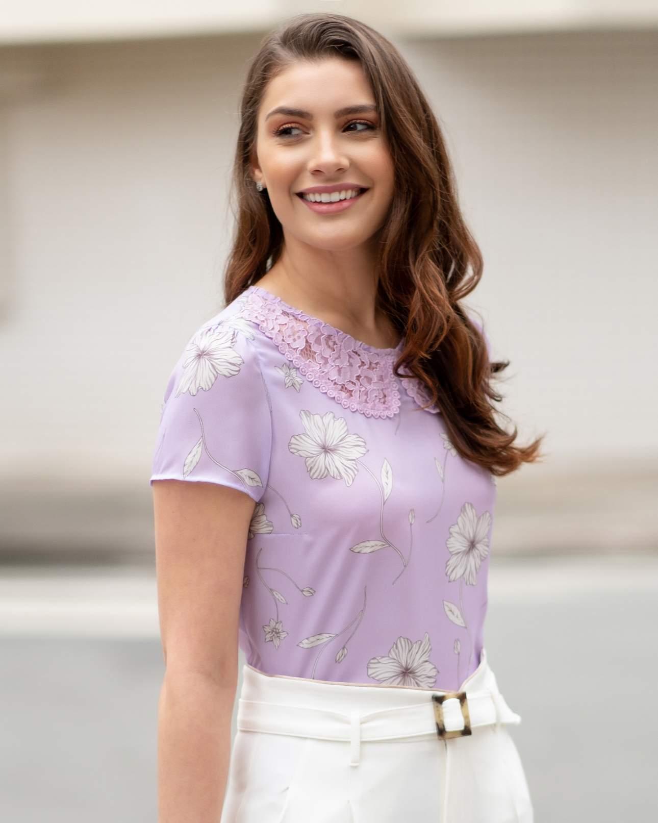Blusa com Estampa de Flores e Golinha de Renda em Crepe Unique Chic