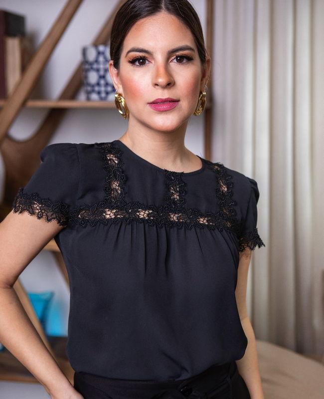 Blusa Crepe Detalhes Renda Unique Chic