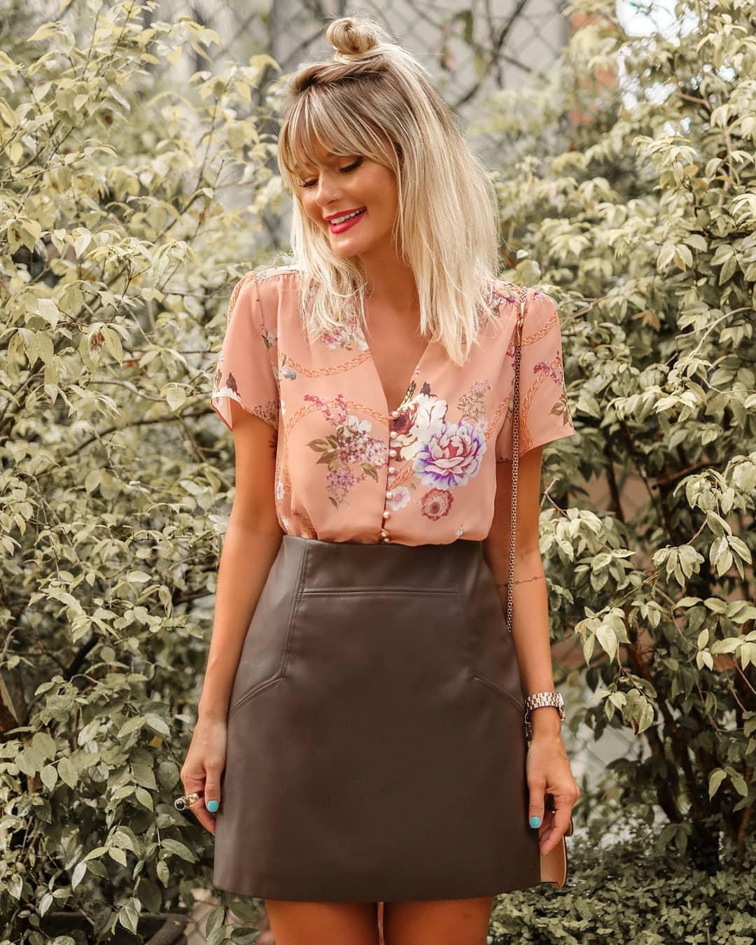 Blusa Doce Flor em Crepe com Estampa Floral e Botoes de Perolas