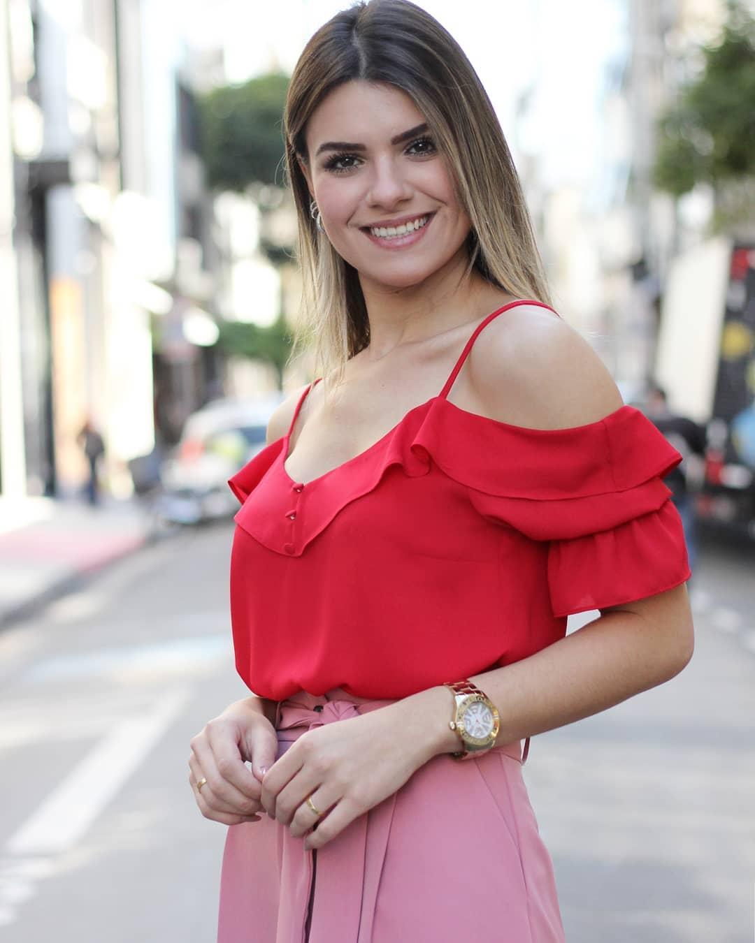 Blusa Doce Flor em Crepe Ombro Vazado com Botoes