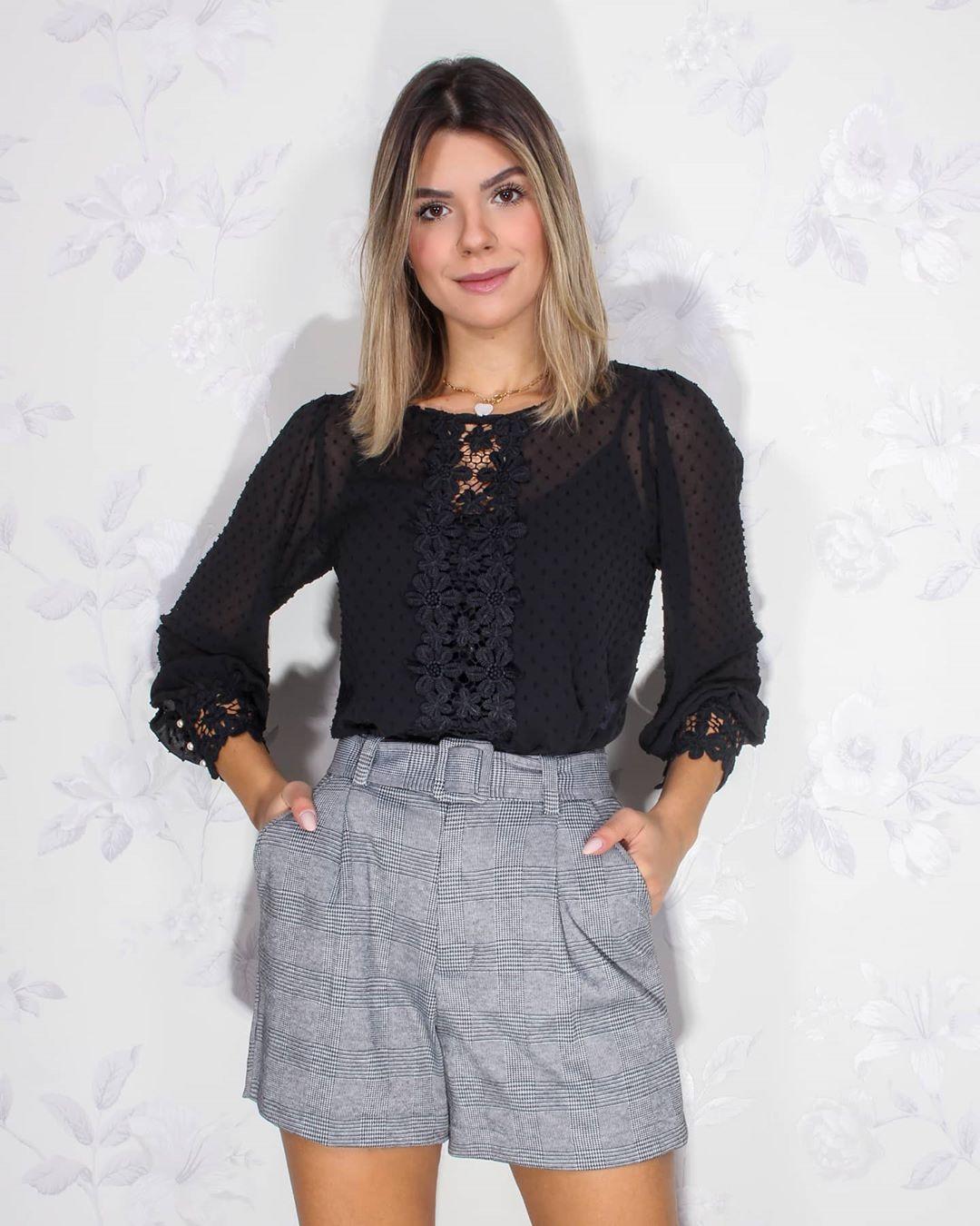 Blusa Doce Flor Manga Longa com Detalhe Renda