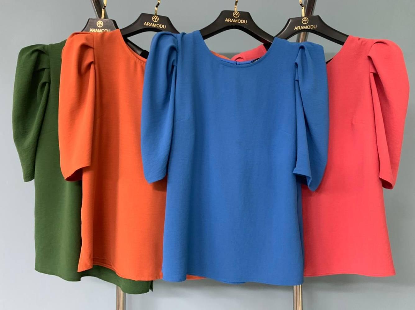 Blusa em Crepe com Decote Redondo e Mangas Bufantes Aramodu