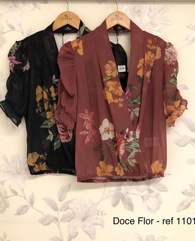 Blusa em Crepe com Decote Transpassado e Manga Bufante Flor
