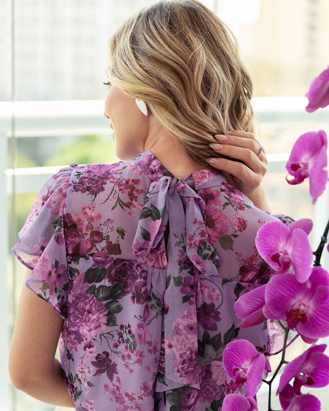 Blusa em Crepe Floral com Gola Laco e Babados na Manga