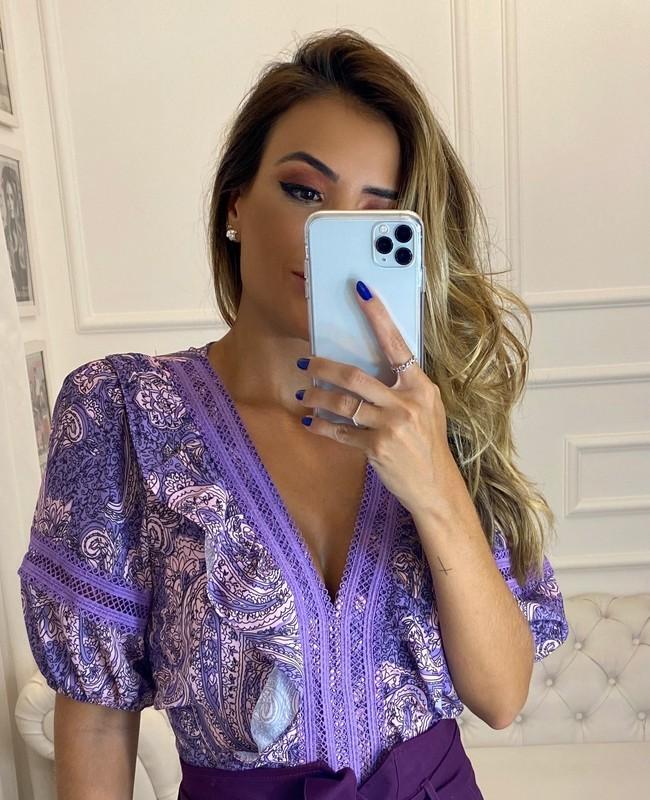 Blusa Estampada com Decote V e Aplicacao de Renda Unique Chic