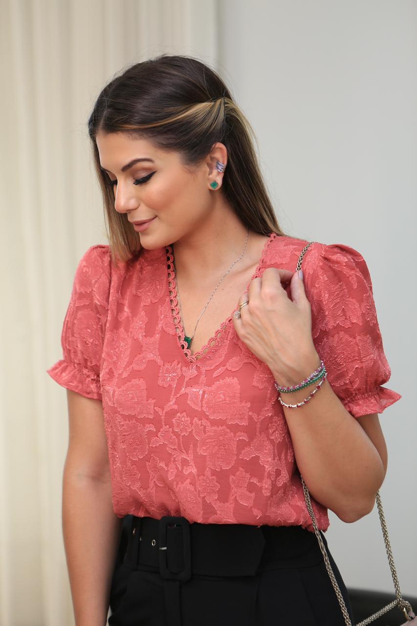 Blusa Feminina em Crepe com Textura e Renda na Gola