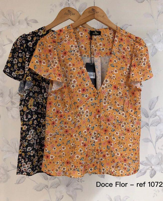 Blusa Floral Decote V Com Botoes Em Crepe Doce Flor