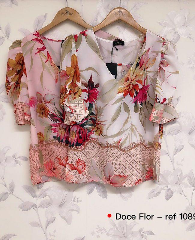 Blusa Floral em Crepe com Barrado Doce Flor