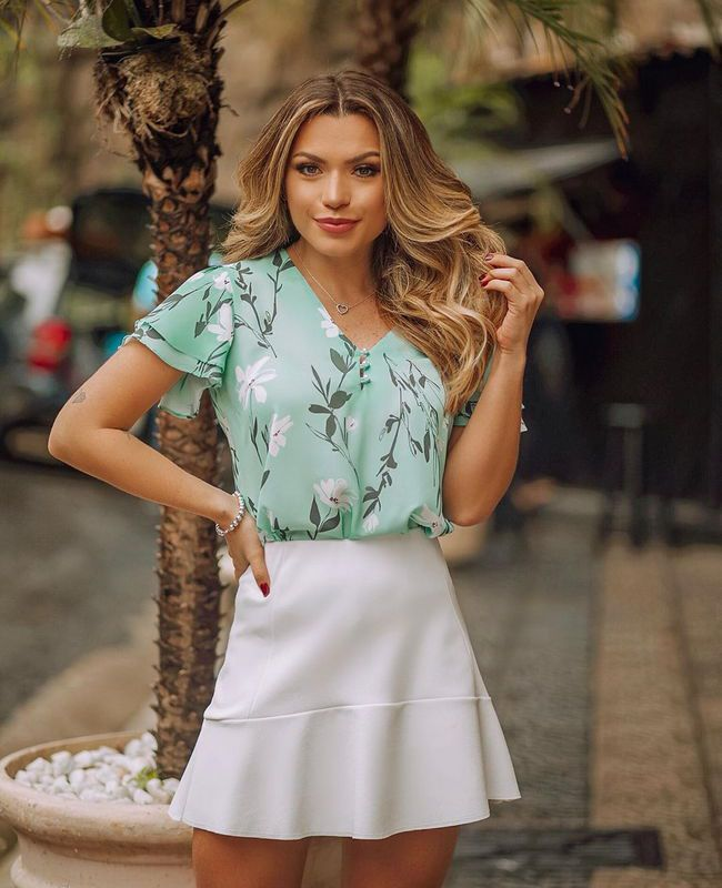Blusa Floral em Crepe com Botoes de Perolas Milalai