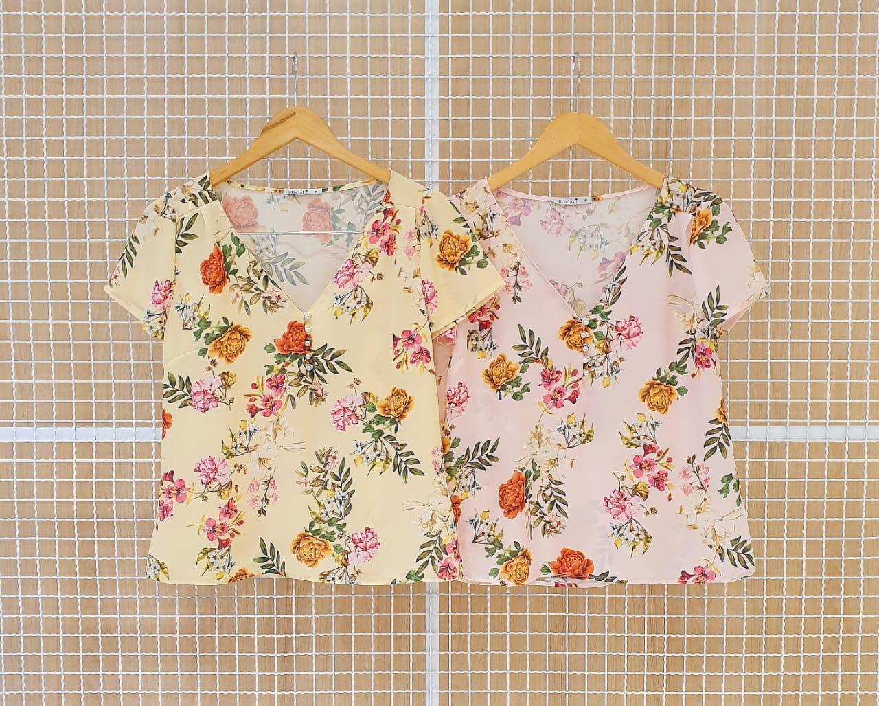 Blusa Floral em Crepe com Gola V e Perolas Milalai
