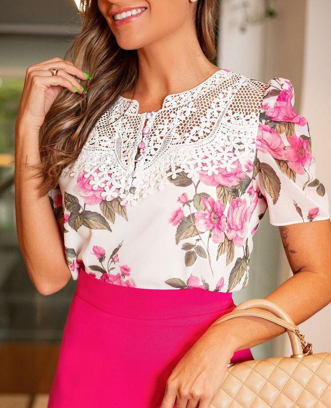 Blusa Floral em Crepe com Renda Doce Flor