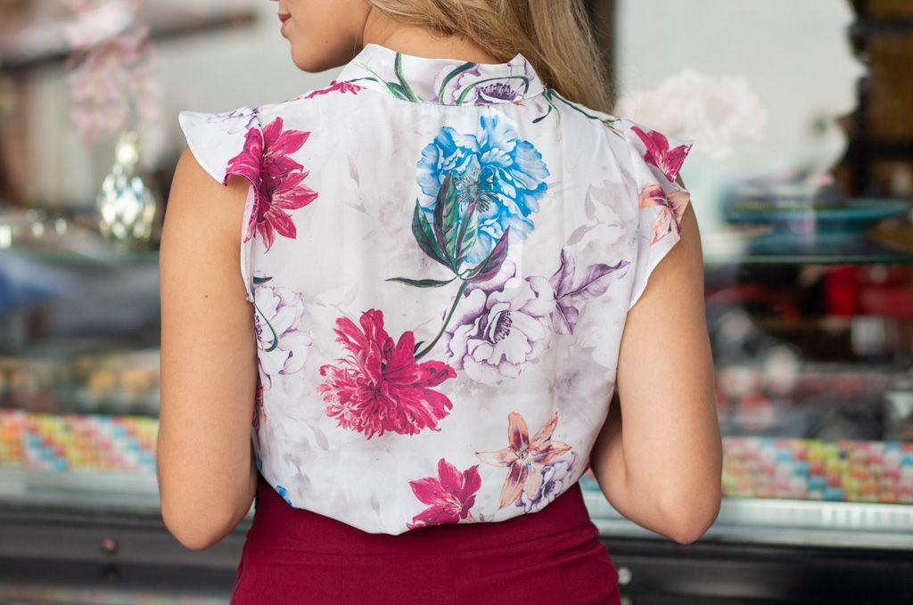 Blusa Floral Kesses em Crepe com Lacinho na Gola e Estampa de Flores