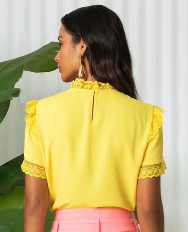 Blusa Gola Alta com Detalhes de Rendas Unique Chic