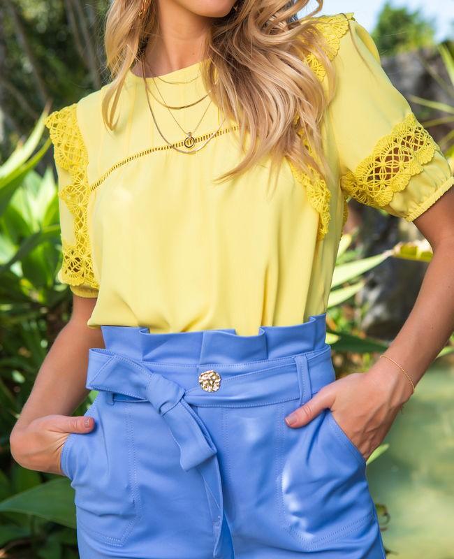 Blusa Unique Chic em Crepe com Detalhes de Renda e Nervuras