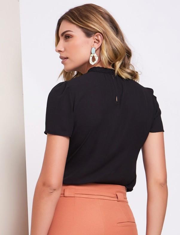 Blusa Unique Chic em Crepe com Tule no Decote