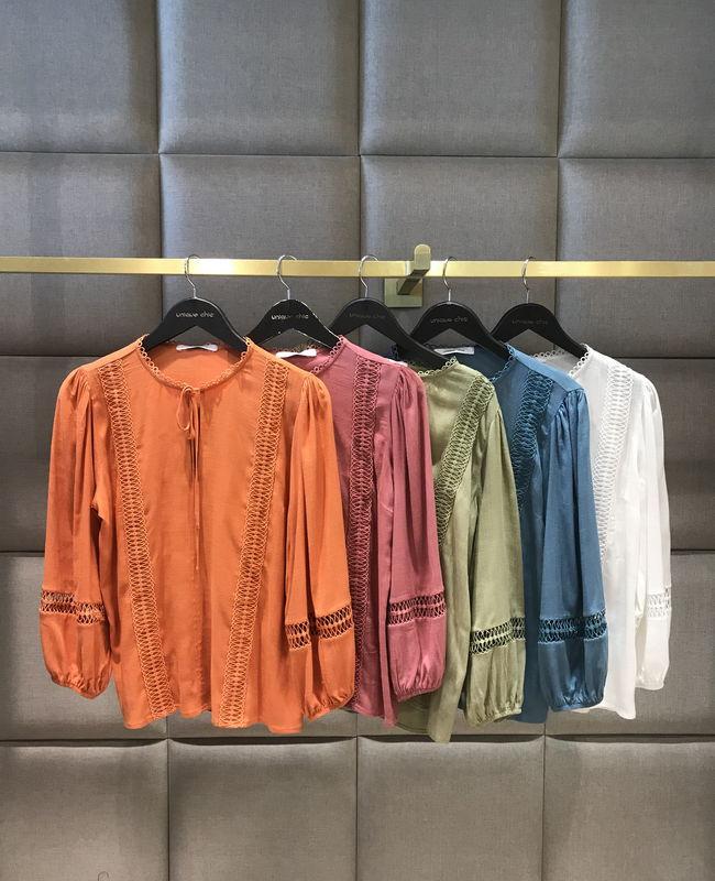Blusa Unique Chic em Viscose com Rendas e Lacinho na Gola