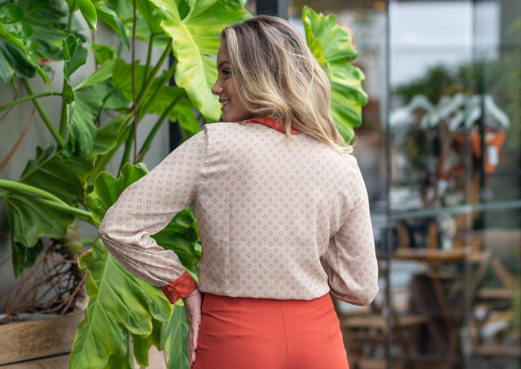 Camisa em Crepe com Estampas Florais e Lacinho na Gola Linny