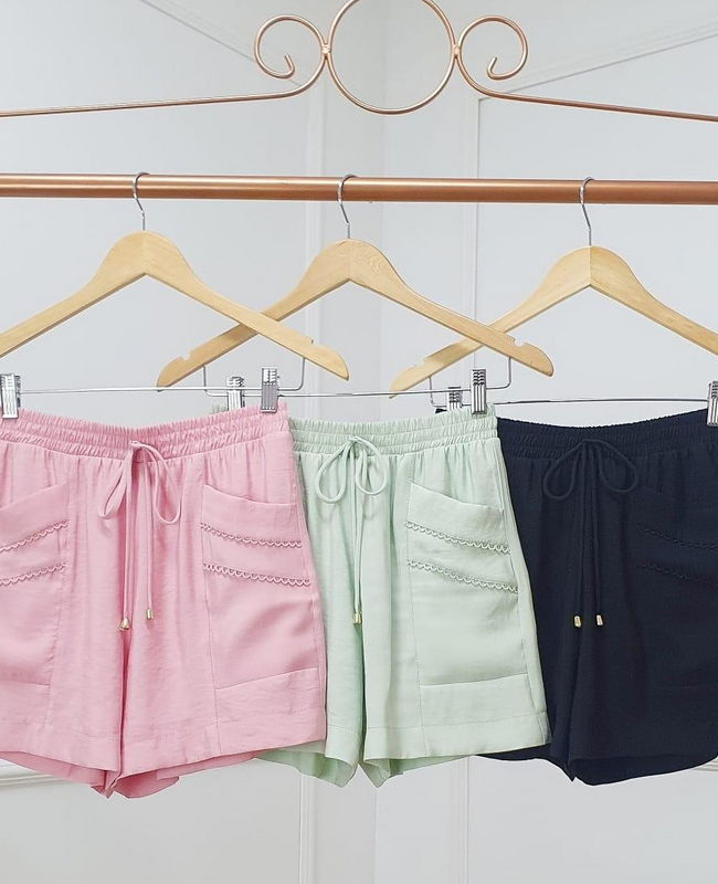 Shorts Alfaiataria com Detalhe de Renda no Bolsos Milalai