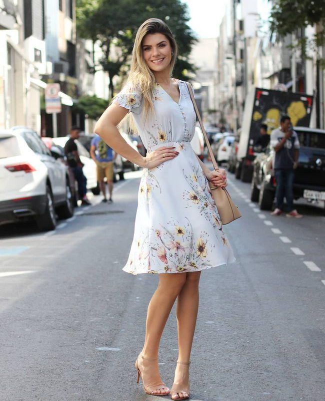 Vestido Floral em Crepe com Botoes e Gola V Doce Flor